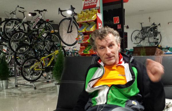 Spinning-edzés után, kerékpárboltban beszélgetni a biciklizésről