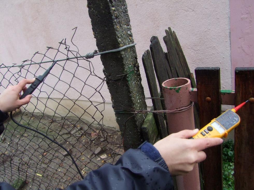 magyar szerdahely áramot vezetett a kerítésébe 1