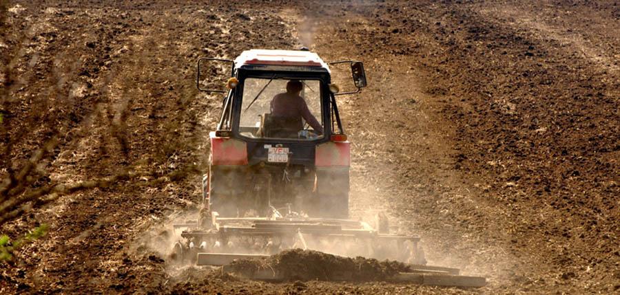 Püspökhatvan, 2009. április 6. Tavaszi mezőgazdasági munka, talajelőkészítés erőgéppel. Porzik a száraz termőföld a borona után. MTI Fotó: H.szabó Sándor