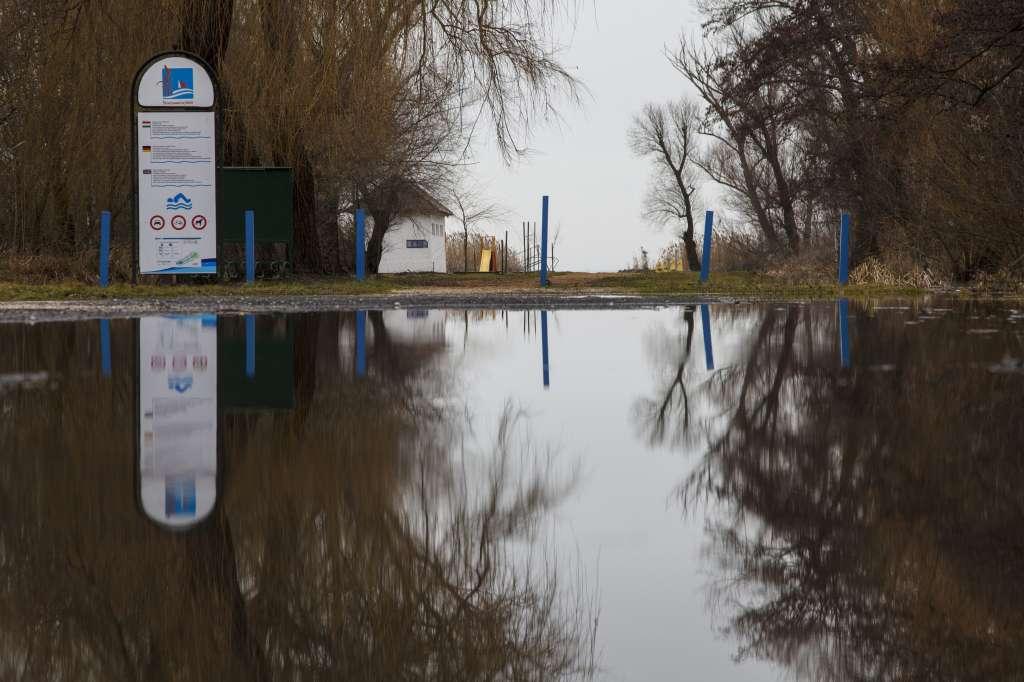 Balatonmáriafürdõ, 2016. február 17. A Balaton magas vízállása miatt kialakult belvíz Balatonmáriafürdõn 2016. február 17-én. MTI Fotó: Varga György
