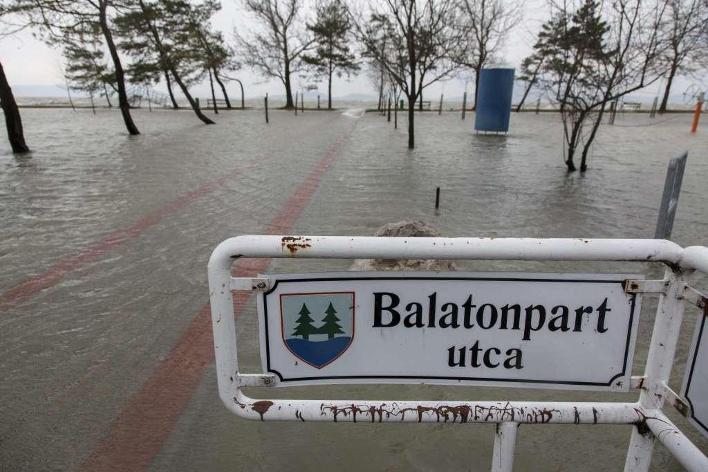 Balatonfenyves, 2016. március 4. A Balaton magas vízállása és a viharos szél miatt kicsapódó hullámok által elárasztott balatonfenyvesi szabadstrand 2016. március 4-én. MTI Fotó: Varga György