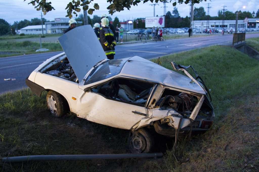 Nagykanizsa, 2016. június 14. Összeroncsolódott autó az árokban, miután összeütközött egy másik személygépkocsival Nagykanizsán 2016. június 14-én. A balesetben egy ember meghalt. MTI Fotó: Varga György