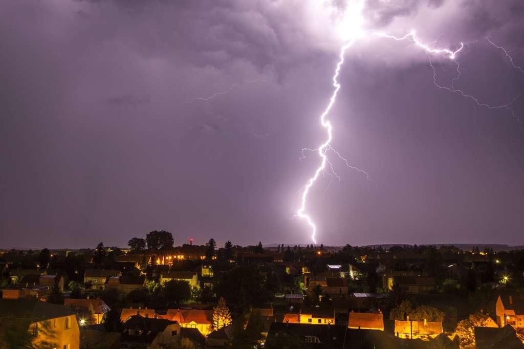 Nagykanizsa, 2016. augusztus 1. Villám cikázik az égbolton Nagykanizsa felett 2016. július 31-én. MTI Fotó: Varga György