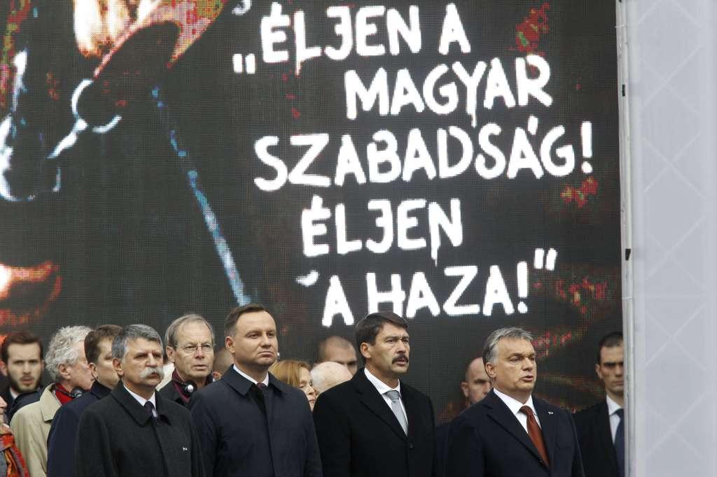 Budapest, 2016. október 23. Orbán Viktor miniszterelnök, Áder János magyar és Andrzej Duda lengyel köztársasági elnök, valamint Kövér László, az Országgyûlés elnöke (j-b) az 1956-os forradalom és szabadságharc 60. évfordulója alkalmából, 1956-2016 - A szabad Magyarországért! címmel tartott díszünnepségen az Országház elõtti Kossuth Lajos téren 2016. október 23-án. MTI Fotó: Szigetváry Zsolt