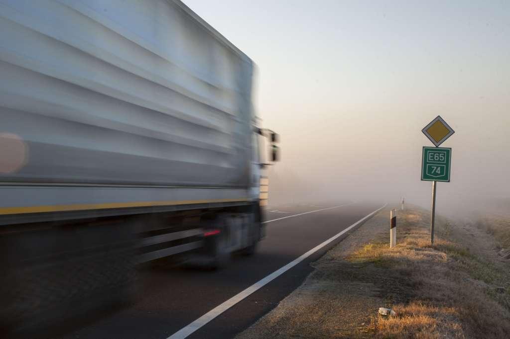 Nagykanizsa, 2016. október 31. Teherautó halad a ködös 74-es fõúton Nagykanizsa határában 2016. október 31-én hajnalban. MTI Fotó: Varga György