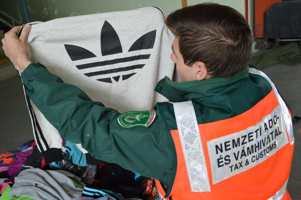 72c2bcada1 Hamis Nike, Adidas, Tommy Hilfiger ruhákat foglaltak le egy kanizsai  férfitől