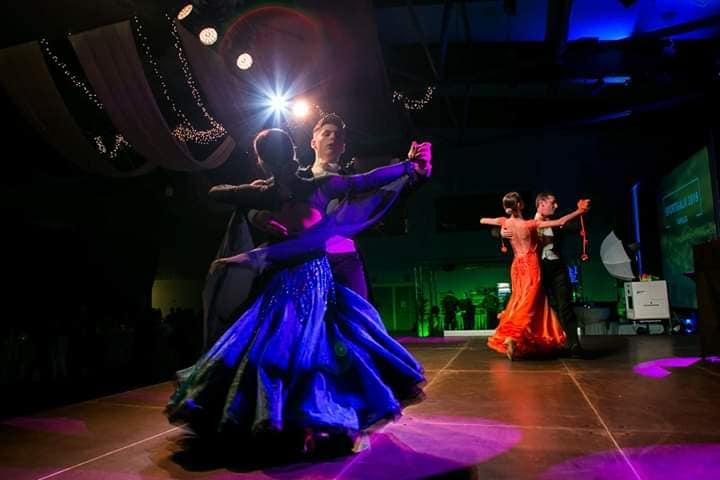 hely közötti találkozó táncos)